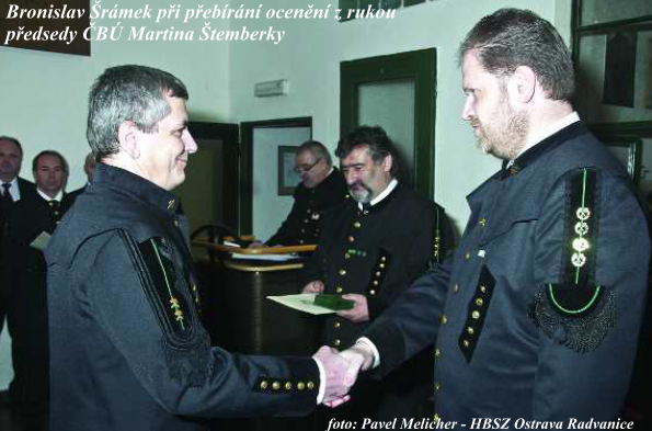 Bronislav Šrámek pøi pøebírání ocenìní z rukou pøedsedy ÈBÚ Martina Štemberky .