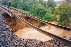 Místo vykolejení vlaku EC104 Sobieski v době, kdy ještě stála sousední část mostu, která se později zřítila 7.7.1997 - foto z netu