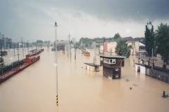 vlevo osobní nádraží, vpravo depo Ostrava při kulminaci řeky Odry 9.7.1997 - foto Richard Ondrůšek