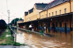zaplavený Svinov ještě před kulminací, i s posledním vlakem, který zde před zastavením provozu přijel (od Opavy) 7.7.1997 - foto Jan Šantrůček