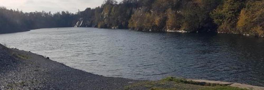 Potápěči odbáňských záchranářů cvičili vzatopeném lomu spolicisty