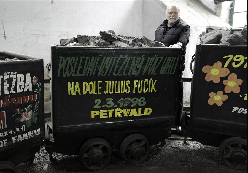 Poslední vozík uhlí z Fučíka, pod nějž spadala i jáma Ludvík 3, je v hornickém skanzenu na Landeku, kde dělá František Havlas průvodce. | Foto: Deník / Radek Luksza