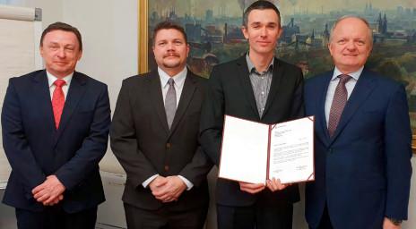 Zástupci ocelářů předali těžařům individuální poděkování. (zleva-Eduard Kukuczka, Marek Szarowski, Petr Hanzlík, Krzysztof Ruciński).